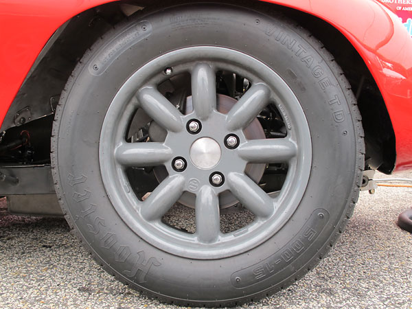 Compomotive ML 8-spoke aluminum wheels.