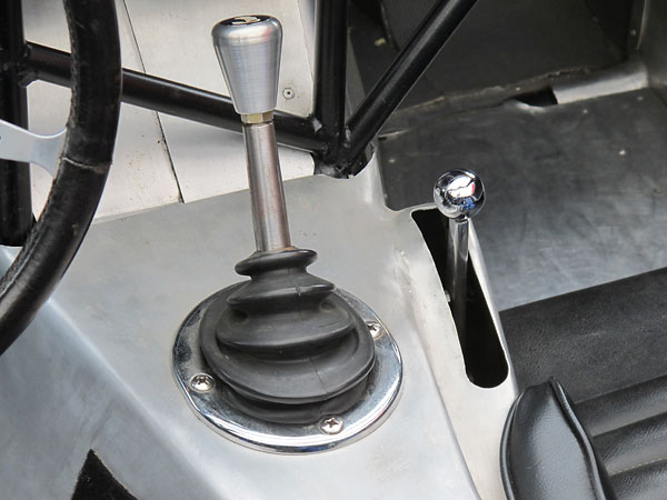 To the right of the gear selector: a lever for adjusting the rear spoiler's angle of attack.