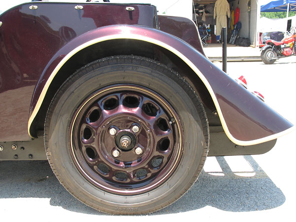 Dunlop 17x4.5 tires. Later Morgan 4-4's would get 16x5 tires.