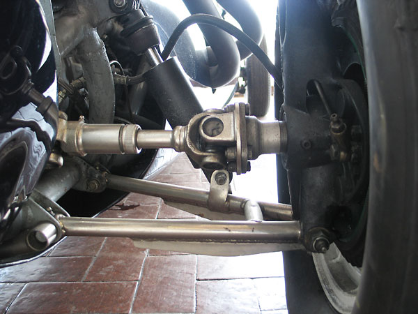 Although the T45 rear suspension featured many improvements, it still didn't include upper wishbones.