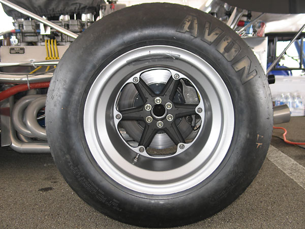 Avon tires (24x10.5x15 front and 27x15x15 rear).