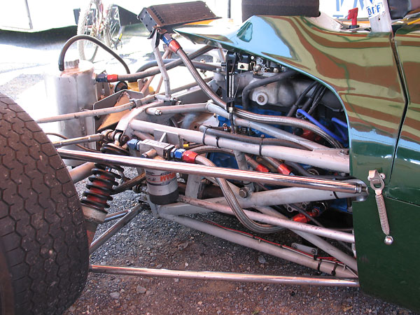 Widely spaced trailing links (in contrast to early Lotus Formula Fords.)